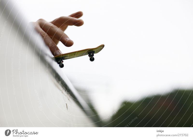 Halfpipe hero II Jugendliche Hand weiß Freude Spielen oben Kindheit Freizeit & Hobby Finger Fröhlichkeit verrückt Lifestyle Coolness Sicherheit einzigartig