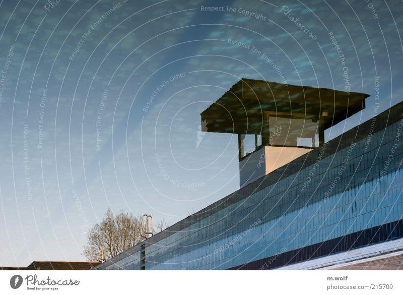 Badebetrieb Himmel blau Wasser Sommer ruhig Stimmung Freizeit & Hobby frisch Turm Schwimmbad Fliesen u. Kacheln Kontrolle Überwachung Freibad Flachdach Posten