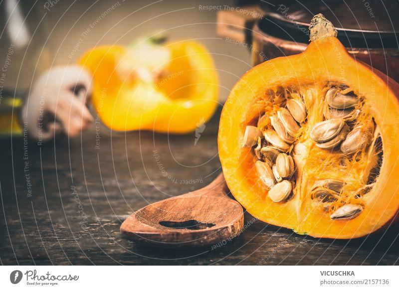Halber Kürbis mit Kerne und Kochlöffel Lebensmittel Gemüse Ernährung Bioprodukte Vegetarische Ernährung Diät Löffel Stil Design Gesunde Ernährung Tisch Küche