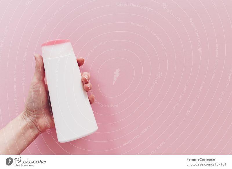 Plastik (01) Hand rosa Kunststoff PE-Flaschen Kosmetik Finger festhalten Behälter u. Gefäße Farbfoto Innenaufnahme Studioaufnahme Textfreiraum rechts