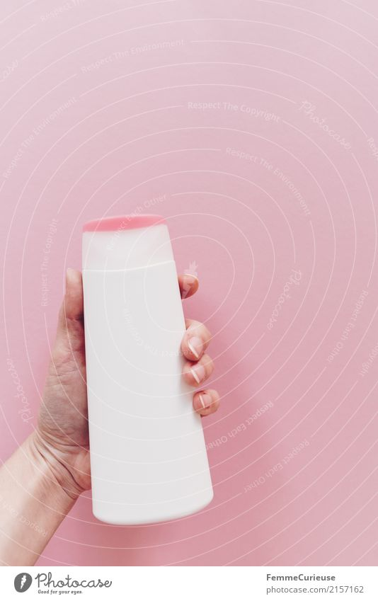 Plastik (04) 1 Mensch Körperpflege Kunststoff PE-Flaschen Verpackung Kosmetik Haarwaschmittel Duschgel rosa Hand Finger festhalten Fingernagel