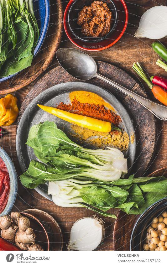 Vegetarische Kochzutaten mit bunte Gewürze Lebensmittel Gemüse Kräuter & Gewürze Öl Ernährung Bioprodukte Vegetarische Ernährung Diät Asiatische Küche Geschirr