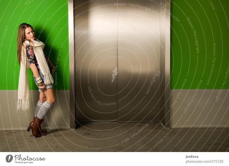 hoch hinaus... Frau Mensch grün schön Freude Erwachsene Erholung feminin Leben Stil träumen Mode Tür Kraft warten