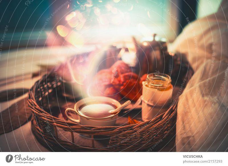 Gemütliches Frühstück im Bett am Fenster Croissant Ernährung Getränk Kakao Kaffee Geschirr Tasse Lifestyle Stil Design Leben Winter Häusliches Leben Wohnung