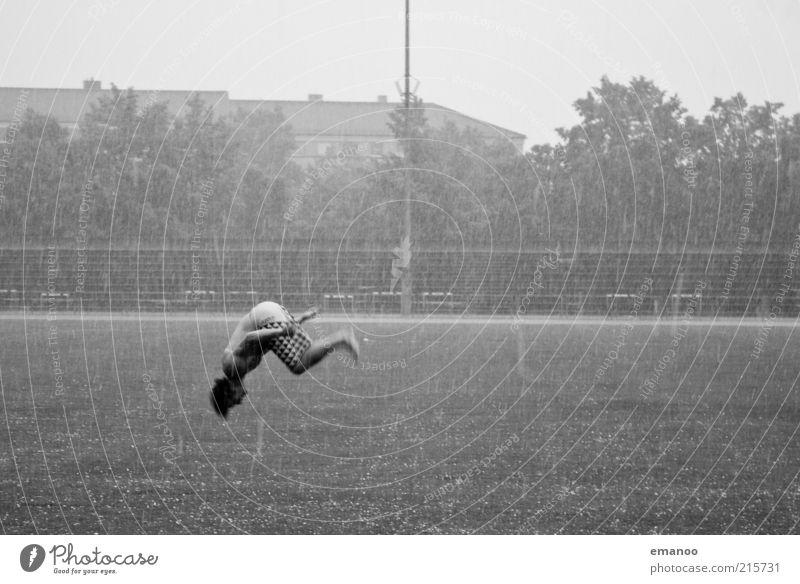 Salto verhagelt Mensch Jugendliche Freude Erwachsene Sport Freiheit Gras Bewegung springen Regen Kraft maskulin Klima Lifestyle Coolness 18-30 Jahre