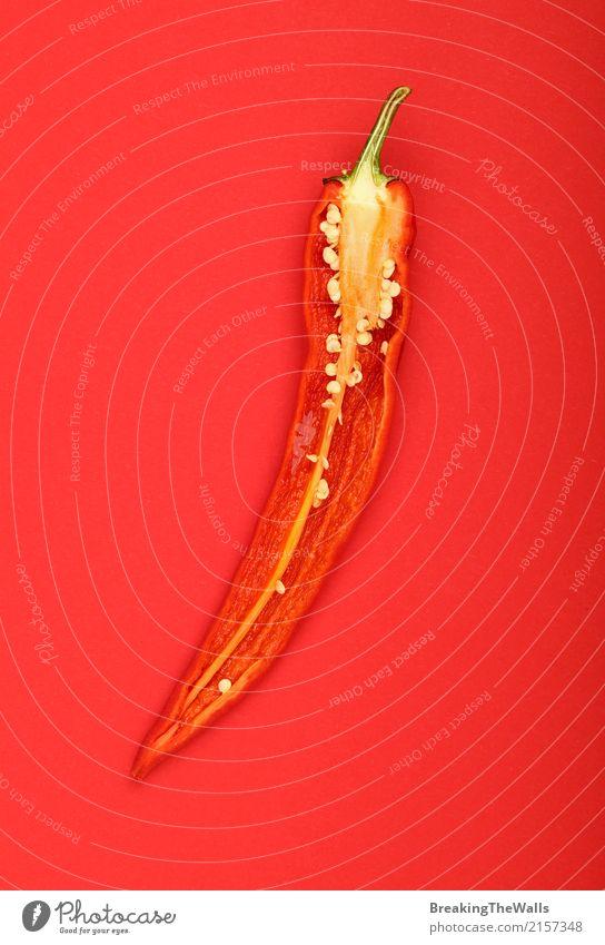 Hälfte des scharfen Paprikas über rotem Papierhintergrund Natur Farbe Gesunde Ernährung natürlich Lebensmittel Design kochen & garen entdecken lecker Gemüse