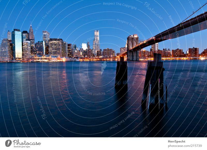Blue hour at East River blau Hochhaus Brücke modern Fluss Skyline Wahrzeichen Stadtzentrum Stadt New York City Manhattan Sehenswürdigkeit Brooklyn Wolkenloser Himmel Hängebrücke Stadtlicht