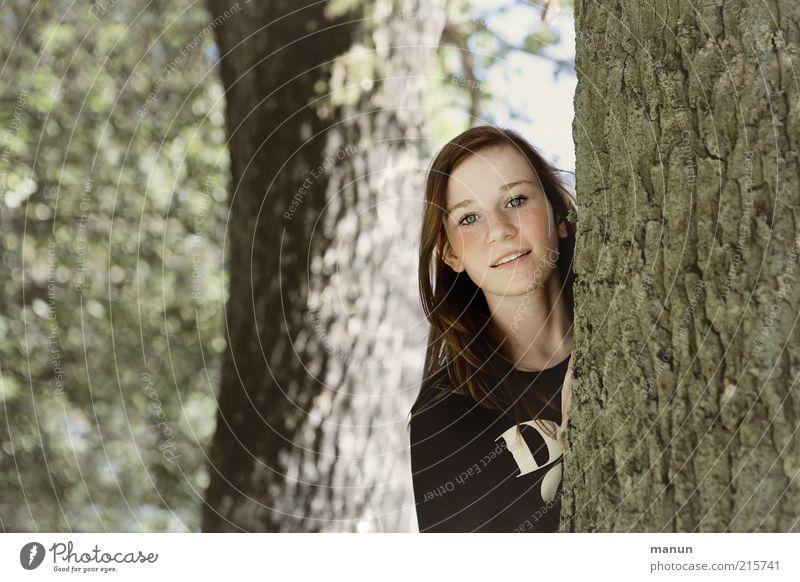 Waldmaus Junge Frau Jugendliche Kindheit Umwelt Natur Baum Baumstamm Baumrinde Holz beobachten Lächeln Blick Freundlichkeit Fröhlichkeit nachhaltig Neugier