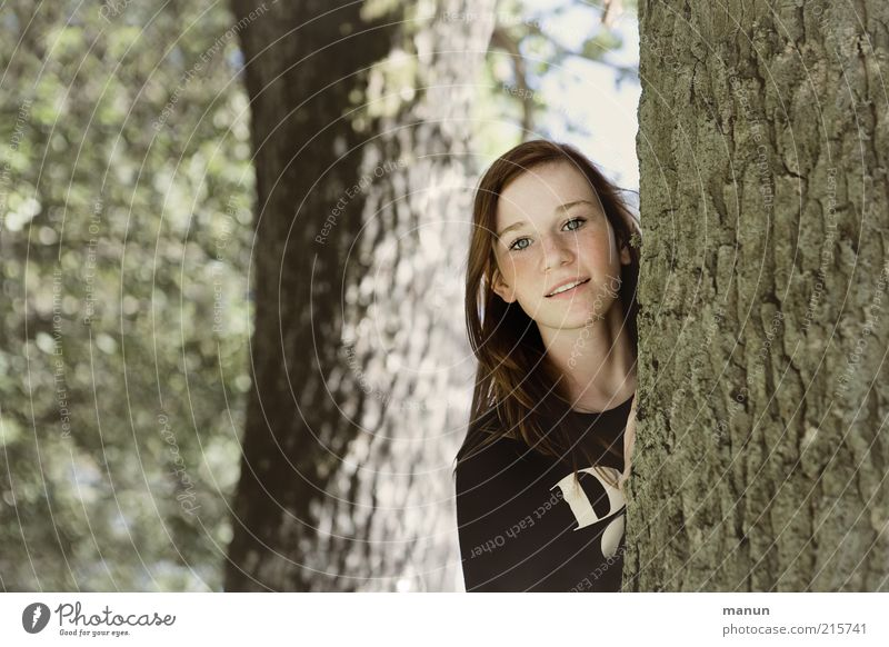 Waldmaus Natur Jugendliche Baum Freude Wald Leben Umwelt Holz Freizeit & Hobby Kindheit Fröhlichkeit Neugier beobachten Frau Freundlichkeit Lächeln