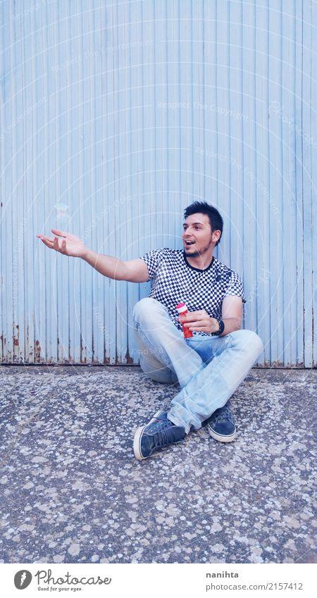Junger Mann, der mit Seifenblasen spielt Lifestyle Stil Freude Wellness Leben Spielen Mensch maskulin Jugendliche 1 18-30 Jahre Erwachsene T-Shirt Jeanshose
