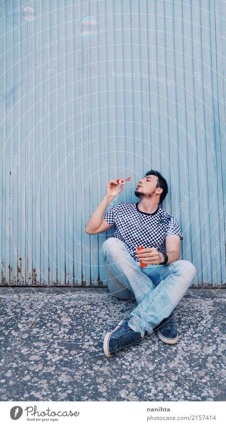 Junger Mann, der mit Seifenblasen spielt Lifestyle Freude Spielen Kinderspiel Mensch maskulin Jugendliche 1 18-30 Jahre Erwachsene Bekleidung T-Shirt Jeanshose