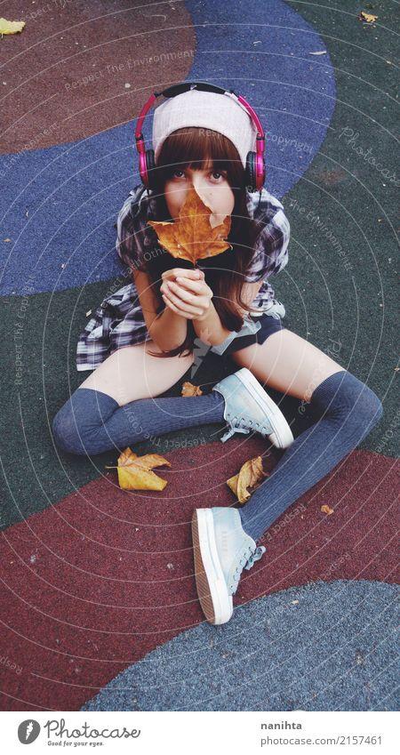 Jugendlich Mädchen, das ein trockenes Blatt anhält Mensch Jugendliche Junge Frau schön 18-30 Jahre Erwachsene Leben Lifestyle Herbst feminin Stil