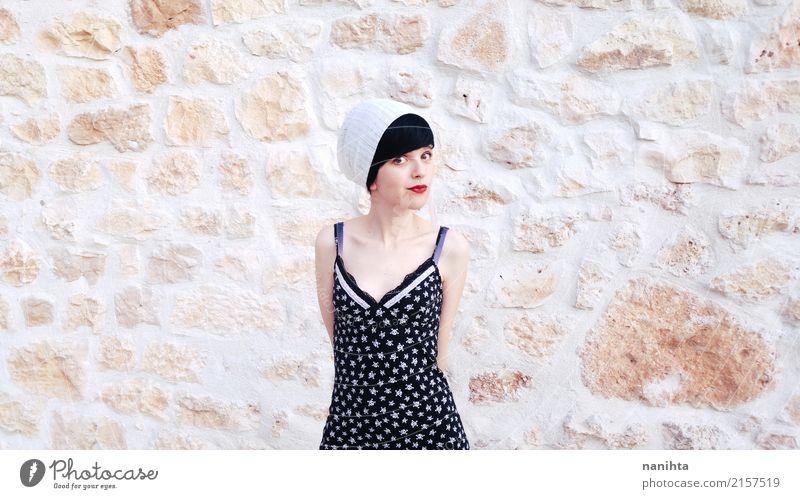 Junge Hippie-Frau mit einem Weinlesesteinhintergrund Lifestyle Mensch feminin Junge Frau Jugendliche 1 18-30 Jahre Erwachsene Jugendkultur Mauer Wand Mode
