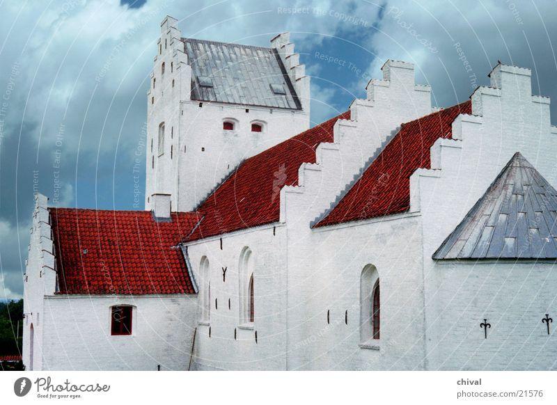 Kirche in Dänemark Dach Stufendach Kirchturm Wolken rot weiß Gotteshäuser Religion & Glaube Apsis Kontrast Himmel blau Treppe