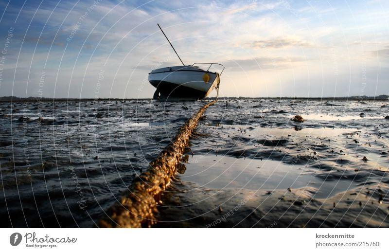 Auf dem Trockenen sitzen III Umwelt Landschaft Sand Wasser Himmel Wolken Horizont Sommer Strand Meer Schifffahrt Bootsfahrt Fischerboot Sportboot Anker Seil