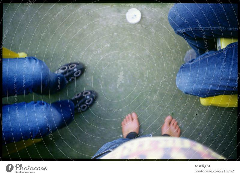 reminder: bauch einziehen Mensch Erholung sprechen Fuß Zusammensein sitzen maskulin Jeanshose Bauch Barfuß Gesprächspartner gegenüber Kommunizieren mehrere