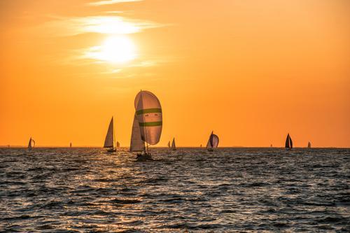 Segelregatta Sport Segeln Regatta Sportveranstaltung Wasser Sonnenaufgang Sonnenuntergang Küste Ostsee Schifffahrt Sportboot Segelboot Segelschiff leuchten