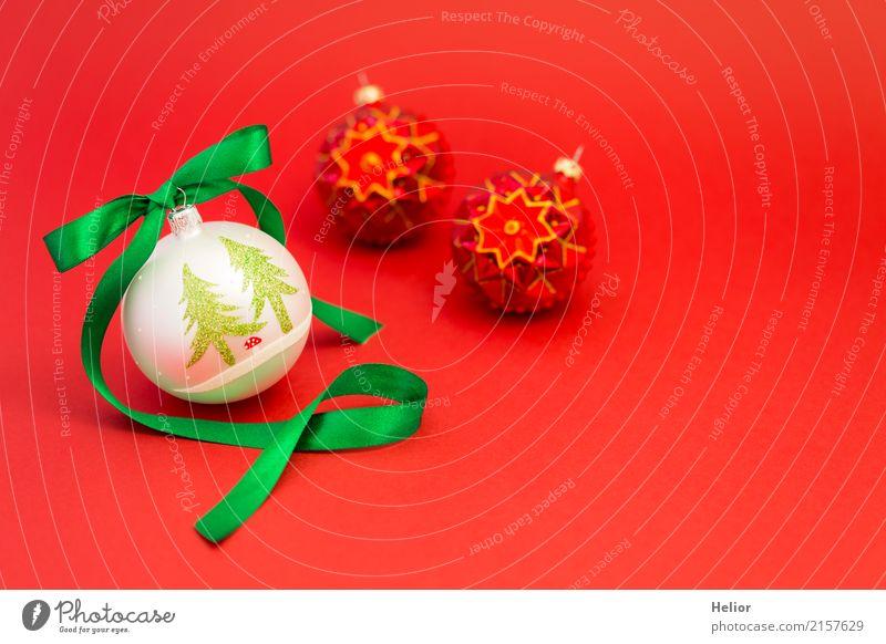 Weihnachtskugeln mit grünem Geschenkband auf rotem Hintergrund Design Freude Feste & Feiern Weihnachten & Advent Ornament Kugel Schnur Schleife weiß Gefühle