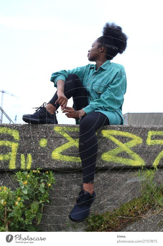 Arabella feminin Frau Erwachsene 1 Mensch Industrieanlage Hafen Mauer Wand Hemd Hose Schuhe Haare & Frisuren schwarzhaarig langhaarig Afro-Look Stein Graffiti
