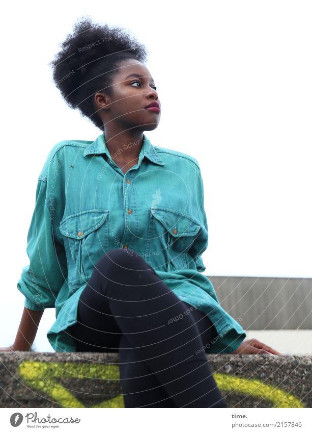 Arabella feminin Frau Erwachsene 1 Mensch Fabrik Mauer Wand Hemd Hose schwarzhaarig langhaarig Graffiti beobachten festhalten Blick sitzen schön selbstbewußt