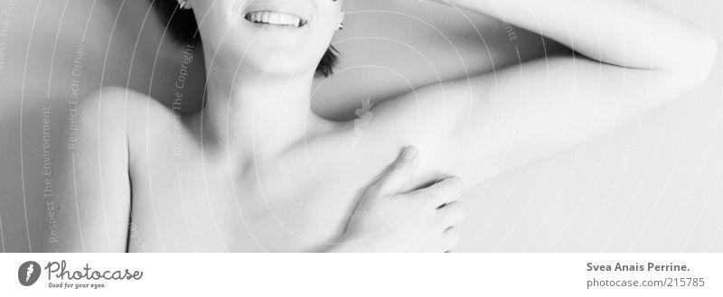 like a ghost elegant Stil Freude schön Junge Frau Jugendliche Haut 1 Mensch 18-30 Jahre Erwachsene nackt lachen liegen hell dünn Vorfreude Begeisterung