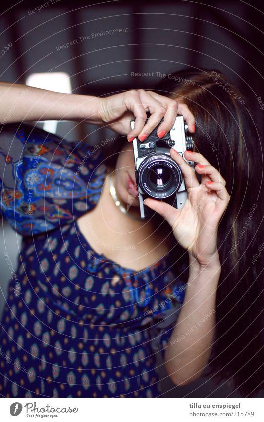 Bitte lächeln! Mensch Jugendliche feminin Arbeit & Erwerbstätigkeit Freizeit & Hobby Fotokamera analog brünett langhaarig Erwartung Junge Frau Fotograf Künstler Fotografieren Durchblick Frau