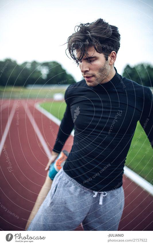 Man is doing stretching and warm up for intensiv sports workout Trinkwasser Lifestyle Freude Körper Haare & Frisuren Gesundheit Gesundheitswesen