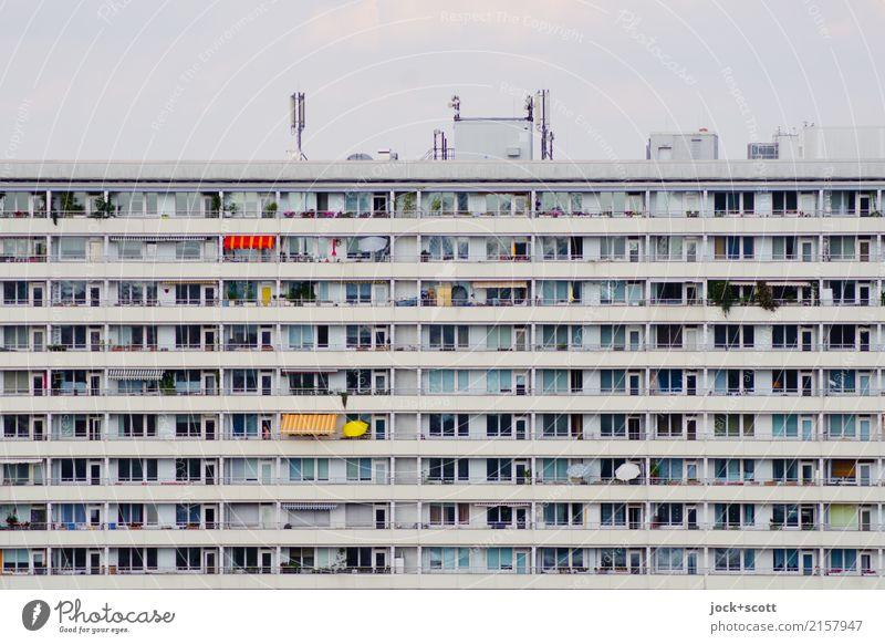 Schöner wohnen trifft Platte Stadt Stil grau Fassade Linie Häusliches Leben retro trist authentisch groß hoch Schutz Streifen Stadtzentrum Balkon eckig