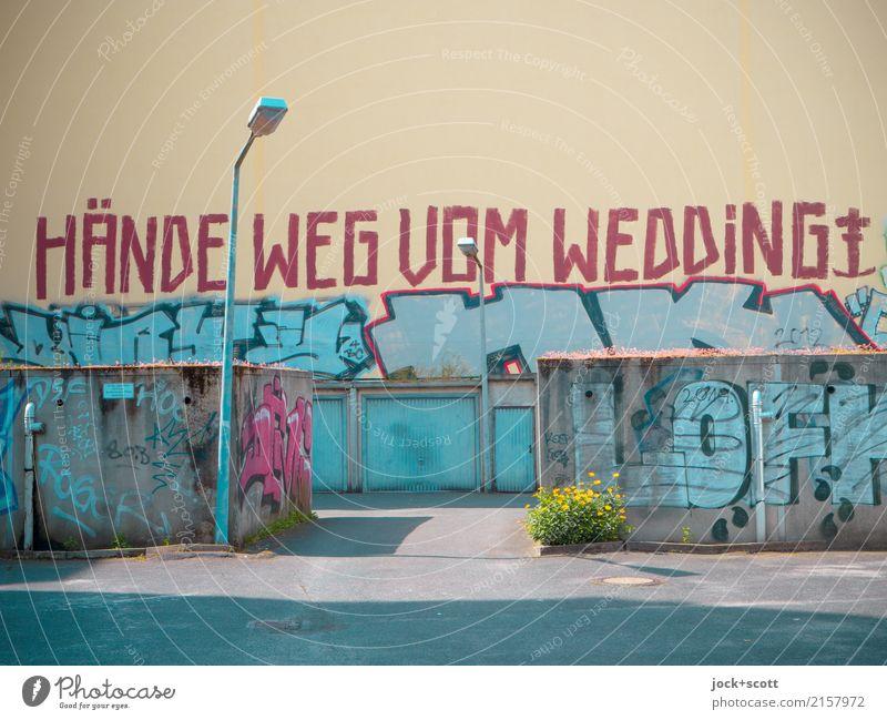 Aufruf Subkultur Straßenkunst Graffiti Berlin-Mitte Garage Mauer Wand Brandmauer Straßenbeleuchtung Schriftzeichen authentisch einzigartig rebellisch Stadt Mut