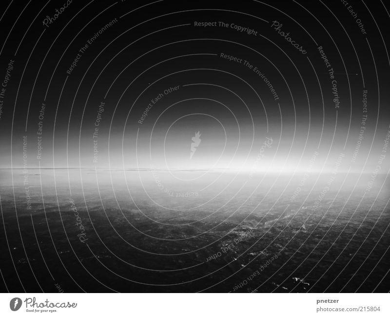 Höhenflug Himmel weiß schön schwarz Ferne Umwelt Landschaft Gefühle Stimmung Wetter fliegen Klima außergewöhnlich bedrohlich Urelemente Unendlichkeit