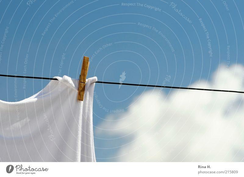 Gestern (Waschtag) Himmel weiß blau Sommer Wolken Holz hell Wetter frisch einfach Sauberkeit Vergangenheit hängen Schönes Wetter Wäsche trocknen