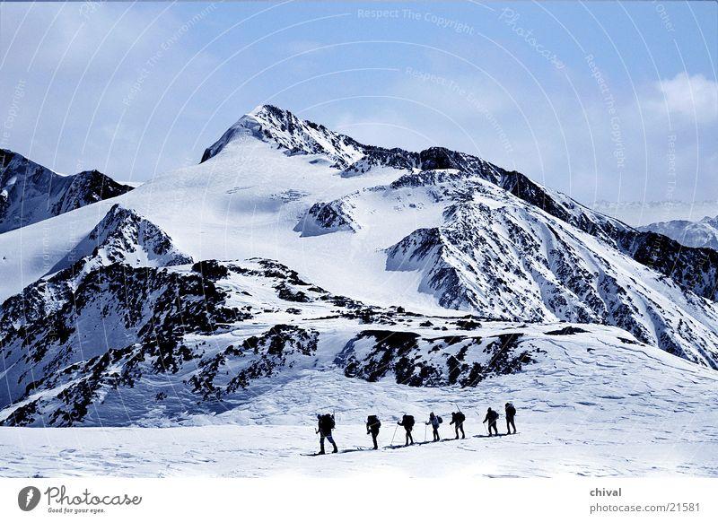 Skitour Winter Schnee Berge u. Gebirge wandern Felsen Skifahren Alpen Wintersport Bundesland Tirol Ötztal Wandergruppe