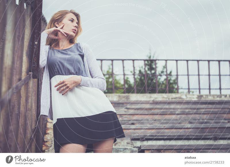 Portrait eines schönen jungen Mädchens Mensch Frau Natur Jugendliche Sommer weiß Sonne Erholung Freude Gesicht Erwachsene Straße Lifestyle Gefühle natürlich