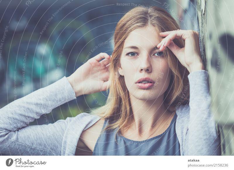 Portrait eines schönen jungen Mädchens Lifestyle Freude Glück Gesicht Erholung Freizeit & Hobby Freiheit Sommer Mensch Frau Erwachsene Jugendliche Natur Park