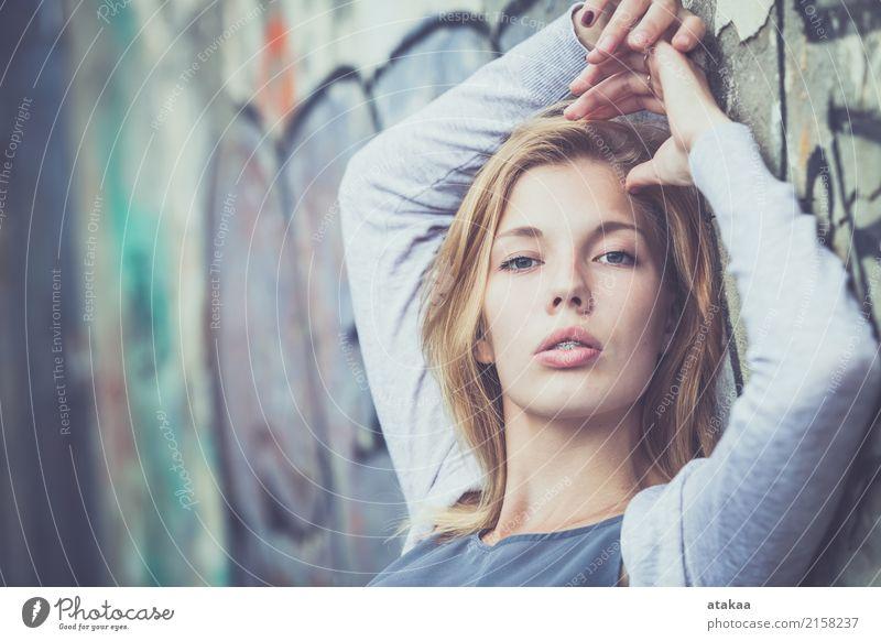 Portrait eines schönen jungen Mädchens Mensch Frau Natur Jugendliche Sommer weiß Erholung Freude Gesicht Erwachsene Straße Lifestyle Gefühle natürlich Glück
