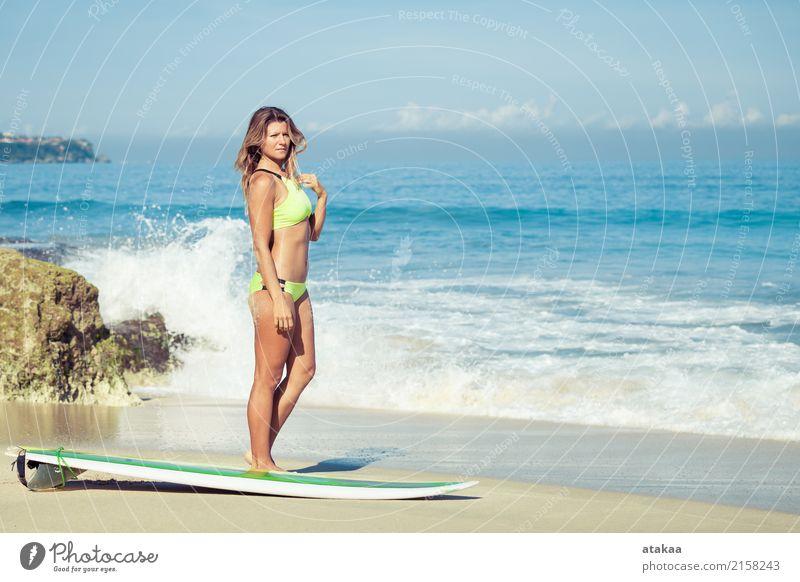 Schönes Surfer-Mädchen, das auf dem Strand steht Lifestyle Freude Glück schön Erholung Freizeit & Hobby Ferien & Urlaub & Reisen Sommer Sonne Meer Sport Mensch