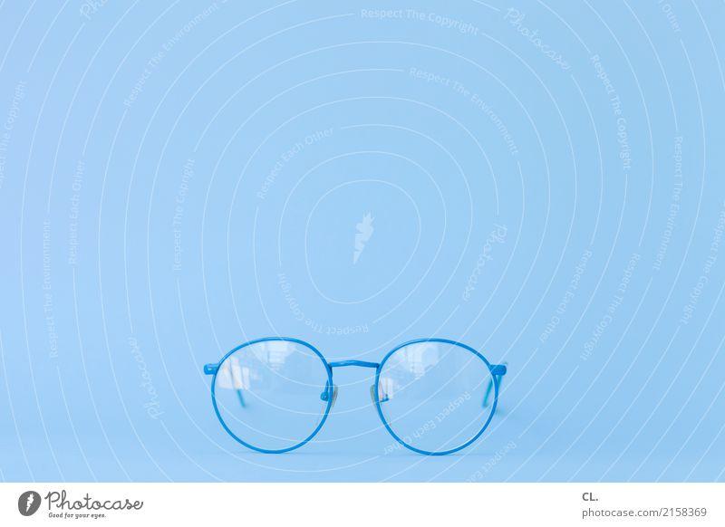 blaue brille Gesundheitswesen Design ästhetisch Perspektive beobachten Brille Neugier Leichtigkeit Accessoire Präzision Brillenträger Optiker Augenheilkunde