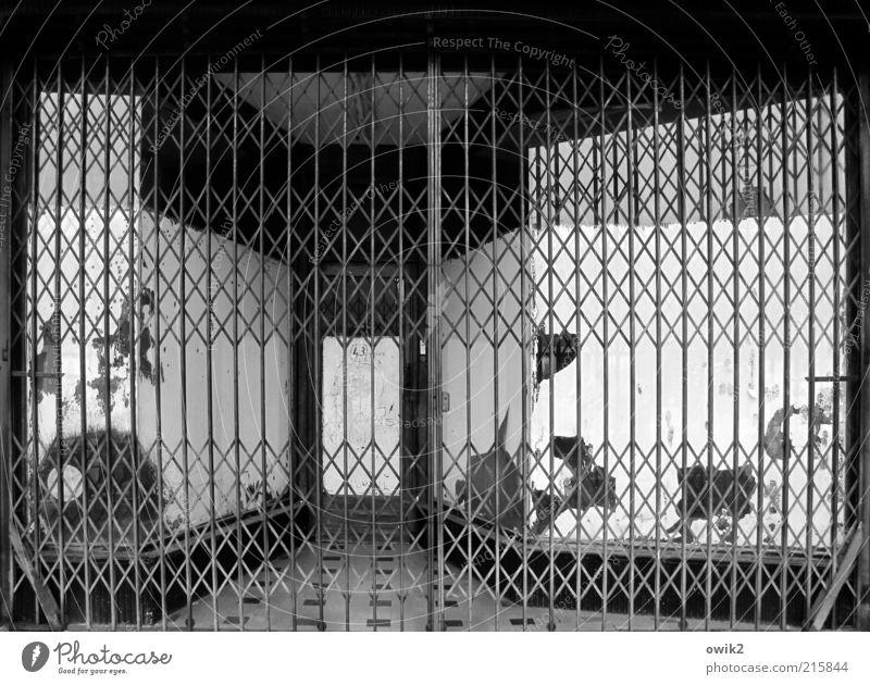 Feierabend alt Fenster Metall Tür Fassade Sicherheit trist Schutz Vergänglichkeit fest Verfall Vergangenheit Frankreich Eingang historisch