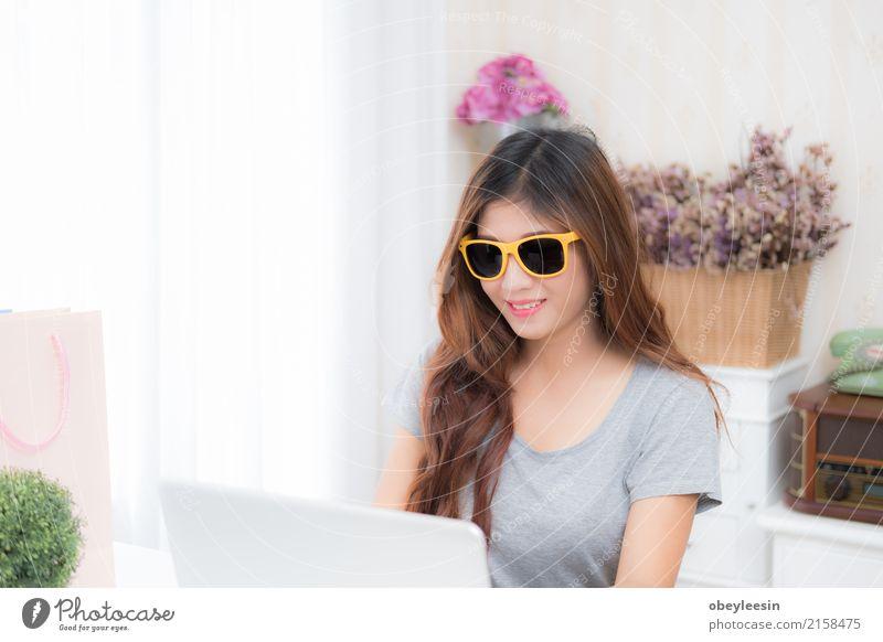 Frau Jugendliche schön Erwachsene Glück Lächeln kaufen niedlich Studium fahren Beruf Internet Student Sofa Wohnzimmer Notebook
