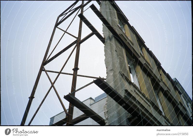 nichts dahinter alt Fenster Gebäude Architektur Umwelt Fassade leer Technik & Technologie Wandel & Veränderung fest Zeichen Ruine Demontage Blauer Himmel