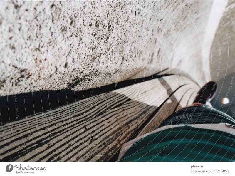 gold in the air of summer. Sommer liegen Schuhe Bank Park Wien Mauer genießen Zentralperspektive Beton Fassade Wand Holz Sonnenlicht Schatten Textfreiraum oben