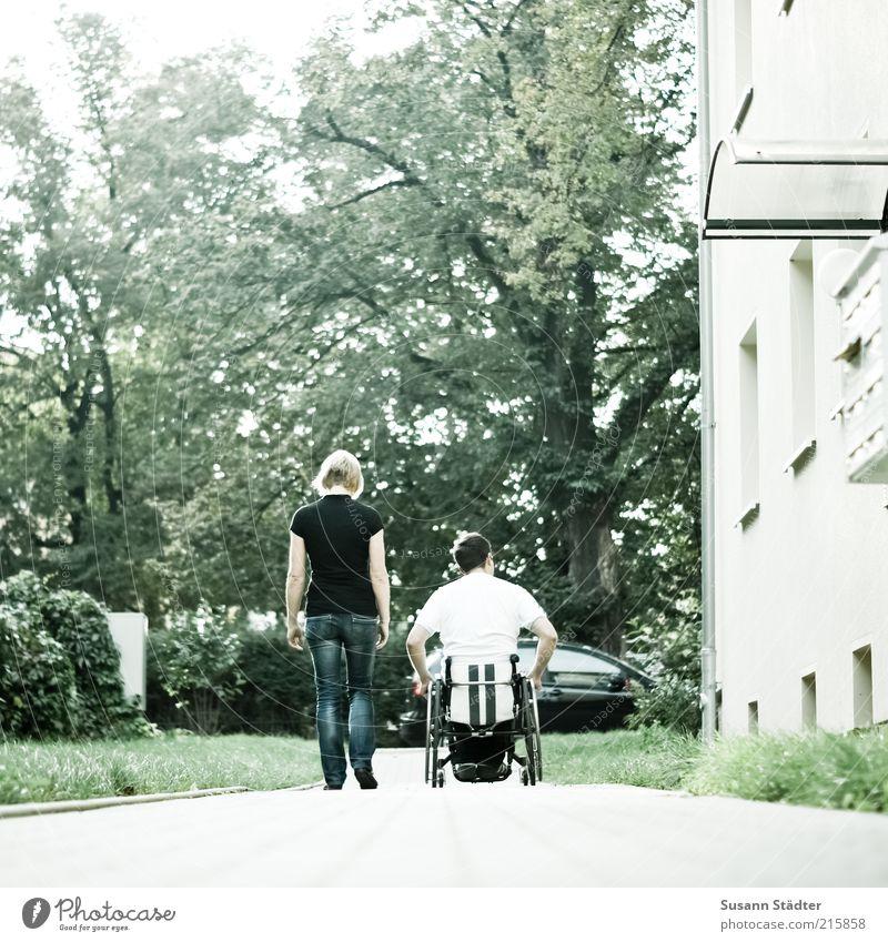 an Deiner Seite Frau Erwachsene Mann Freundschaft Paar 2 Mensch Baum T-Shirt Hose brünett blond Bewegung Optimismus Sicherheit loyal Zusammensein Hoffnung