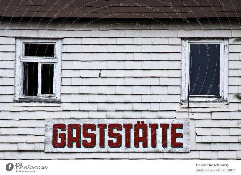 Auf zum Feierabendbierchen... weiß rot Haus Fenster grau Gebäude offen Fassade Schilder & Markierungen Wandel & Veränderung Bauwerk Gastronomie Verfall