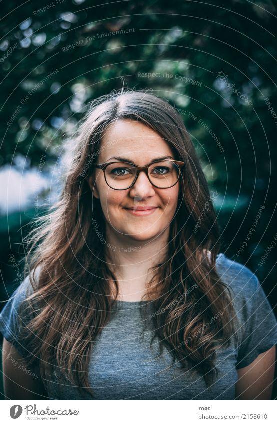 Portrait junge Frau feminin Junge Frau Jugendliche Erwachsene 1 Mensch 18-30 Jahre T-Shirt Brille brünett langhaarig Freundlichkeit Fröhlichkeit Glück Farbfoto