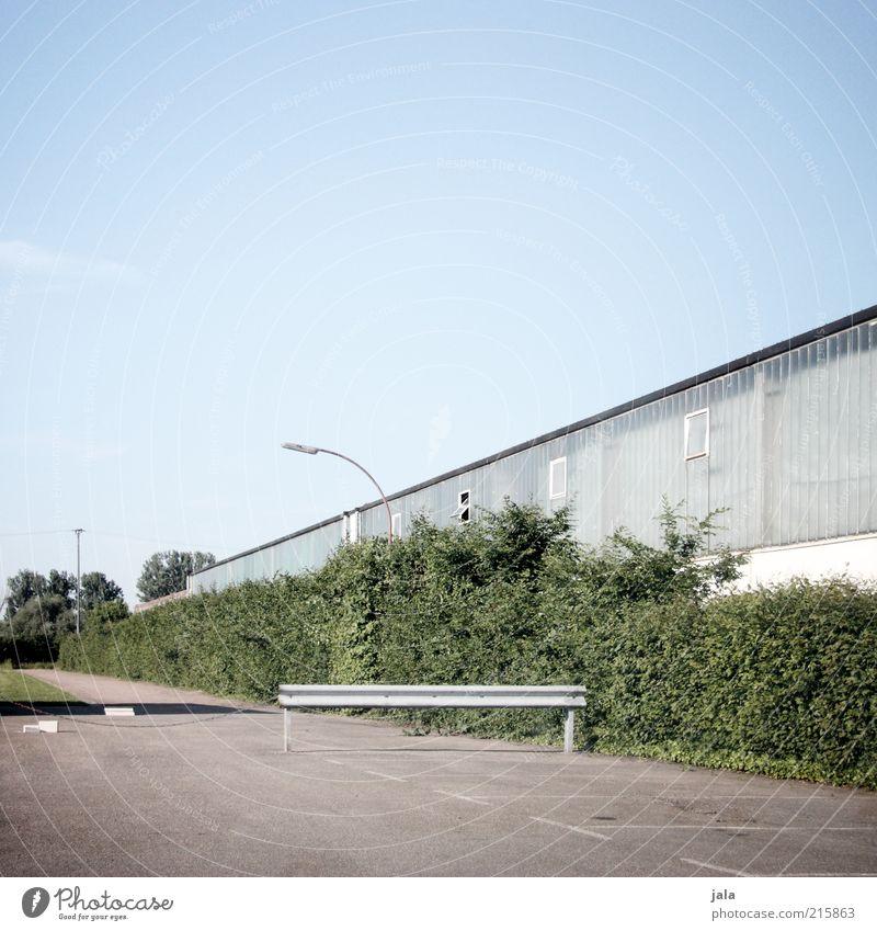 an ner halle Himmel Pflanze Sträucher Industrieanlage Platz Bauwerk Gebäude Architektur Halle Straßenbeleuchtung Parkplatz blau grau grün Farbfoto Außenaufnahme