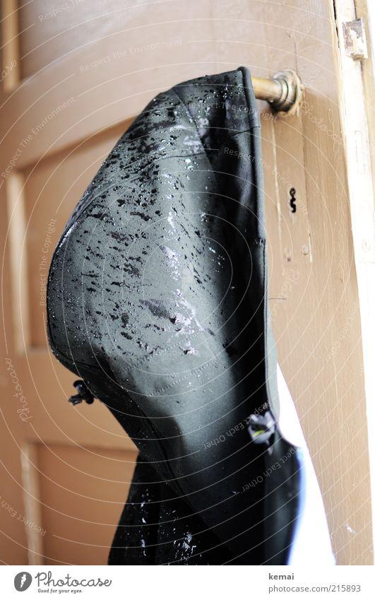 Wasserabweisend und atmungsaktiv schwarz Regen Tür nass Wassertropfen Bekleidung Jacke feucht Unwetter hängen trocknen Kapuze schlechtes Wetter aufhängen