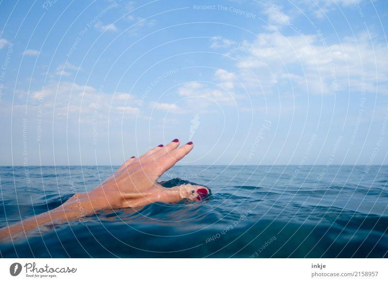 1 Mensch Ferien & Urlaub & Reisen blau Sommer schön Wasser Hand Meer Erholung ruhig Freude Gefühle Tourismus Schwimmen & Baden Stimmung Horizont