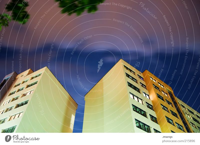 Nachts Himmel Stadt gelb Wand Stil Fenster Gebäude Architektur groß Hochhaus Fassade Lifestyle Coolness bedrohlich Häusliches Leben außergewöhnlich
