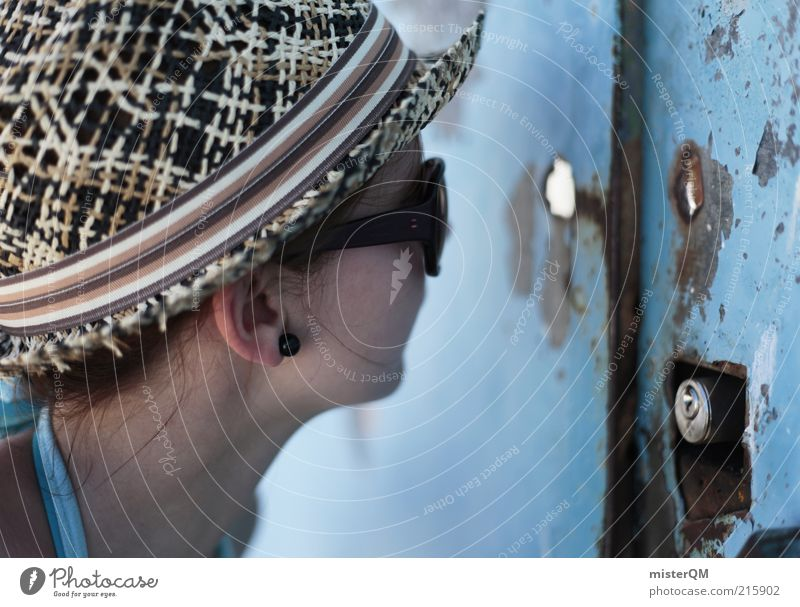 Neugier. feminin Junge Frau Jugendliche Erwachsene ästhetisch geheimnisvoll Verbote entdecken Sonnenbrille blau Tor geschlossen Blick Risiko spionieren Türspion