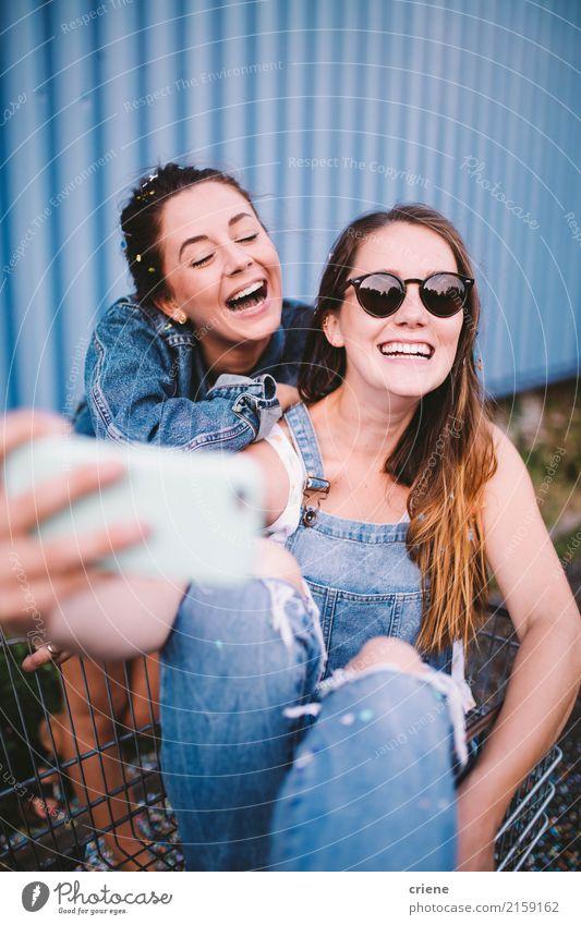 Glückliche Freunde des jungen Erwachsenen, die selfie mit Telefon nehmen Lifestyle Handy Fotokamera Technik & Technologie Unterhaltungselektronik